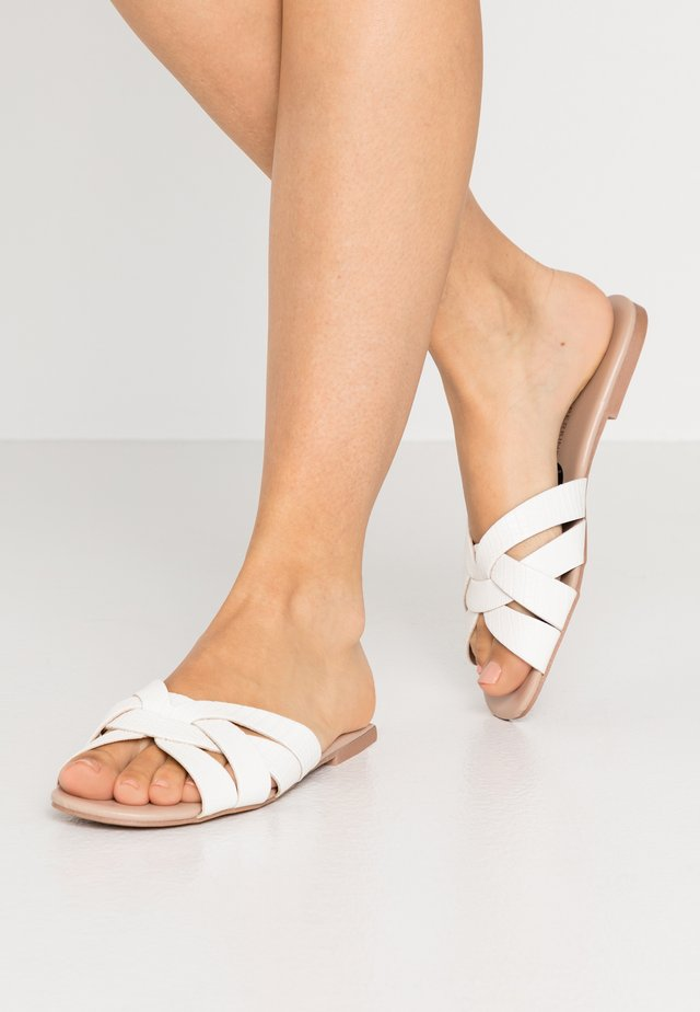 FENNEL INTERLACED MULE SLIDE - Matalakantaiset pistokkaat - white