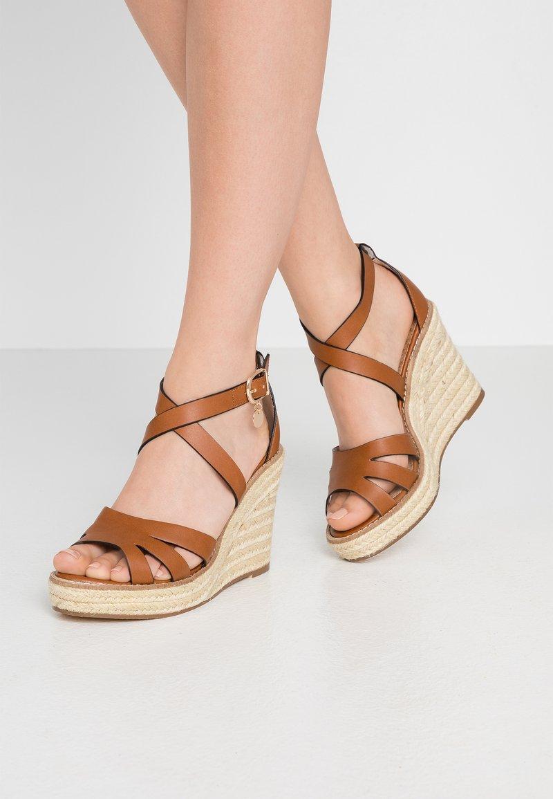 Dorothy Perkins - ROLLY ANKLE CHARM EDGE STAIN WEDGE - Sandály na vysokém podpatku - tan