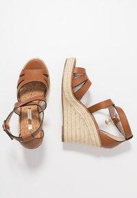 Dorothy Perkins - ROLLY ANKLE CHARM EDGE STAIN WEDGE - Sandály na vysokém podpatku - tan - 3