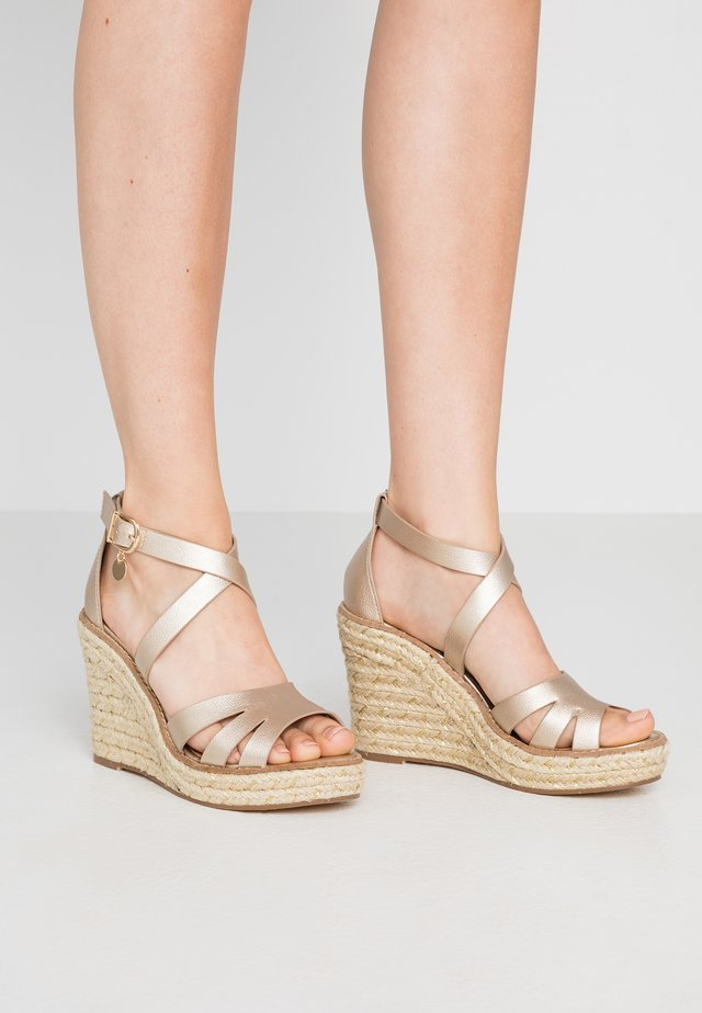 ROLLY ANKLE CHARM EDGE STAIN WEDGE - Sandales à talons hauts - gold