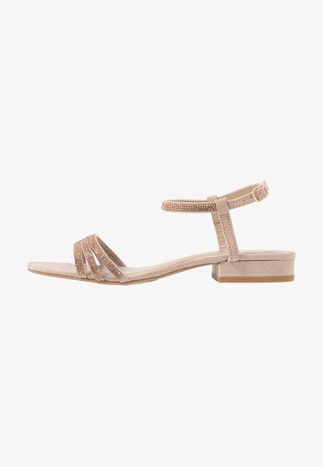 JEWELLED LOW BLOCK  - Sandaalit nilkkaremmillä - nude
