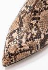 Dorothy Perkins - EGO CURVED CUT MULE SNAKE - Pantolette hoch - brown