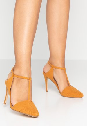 EMPIRE T BAR COURT SHOE - Zapatos altos - yellow