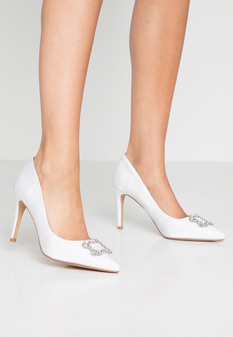 Dorothy Perkins - GLAD SQUARE COURT SHOE - Zapatos altos - white