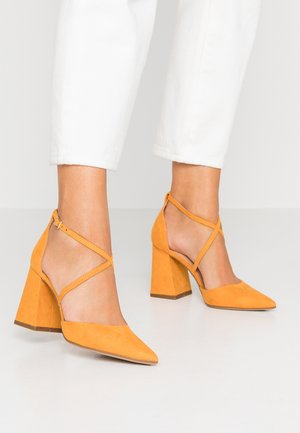 DARIA CROSS STRAP BLOCK COURT - Zapatos altos - yellow