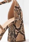 Dorothy Perkins - DARIA CROSS STRAP BLOCK COURT - Escarpins à talons hauts - multicolor