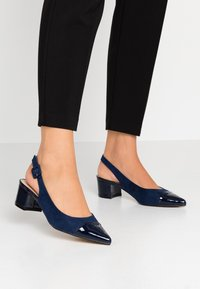 Dorothy Perkins - DARLING SLING BACK BLOCK HEEL COURT - Escarpins - navy - 0