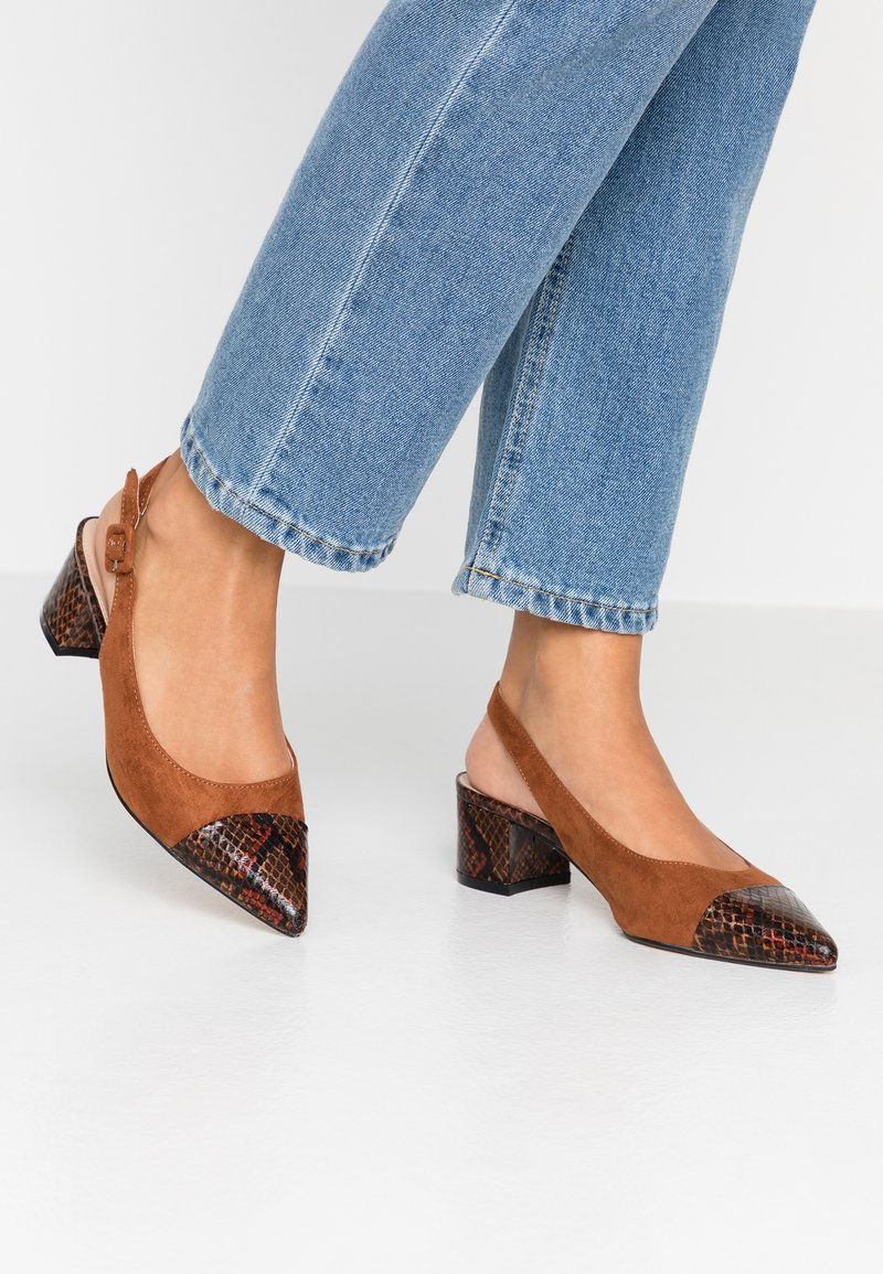 Dorothy Perkins - DARLING SLING BACK BLOCK HEEL COURT - Tacones - brown