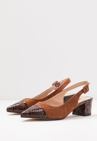 Dorothy Perkins - DARLING SLING BACK BLOCK HEEL COURT - Tacones - brown - 4