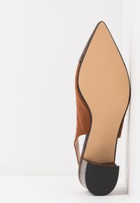 Dorothy Perkins - DARLING SLING BACK BLOCK HEEL COURT - Tacones - brown - 6