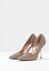 Dorothy Perkins - DESSIE PIN COURT - Szpilki - gold - 4