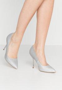 Dorothy Perkins - BERTIE METAL GLITTER - Zapatos altos - silver - 0