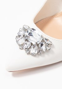 Dorothy Perkins - GRAZIE JEWEL COURT - Klassiska pumps - white - 2