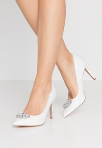 Dorothy Perkins - GRAZIE JEWEL COURT - Klassiska pumps - white - 0