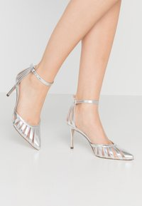 Dorothy Perkins - EMILYS LATTICE COURT SHOE 2 PART - Zapatos altos - silver - 0