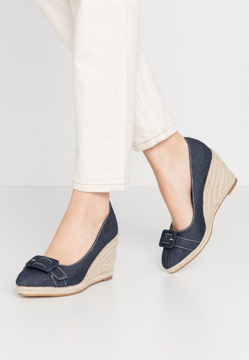 Dorothy Perkins - EVE BUCKLE WEDGE COURT - Hoge hakken - denim