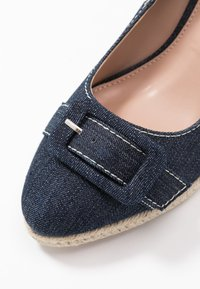 Dorothy Perkins - EVE BUCKLE WEDGE COURT - Hoge hakken - denim - 2