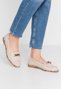 Dorothy Perkins - LOOP BAR FRINGE LOAFER - Mocasines - taupe - 0