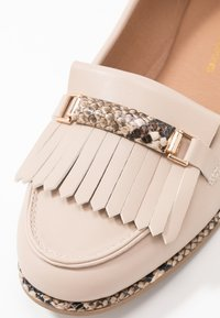 Dorothy Perkins - LOOP BAR FRINGE LOAFER - Mocasines - taupe