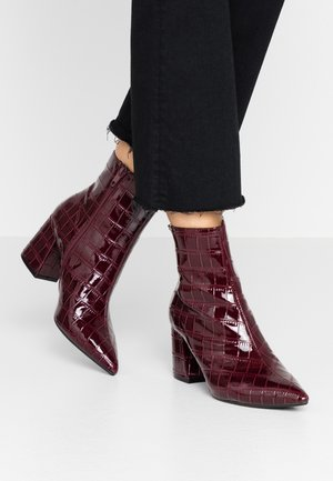 ANICA CROC POINTED BLOCK - Classic ankle boots - red
