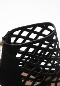Dorothy Perkins - ARTEMIS CUT OUT - Kotníková obuv na vysokém podpatku - black - 2