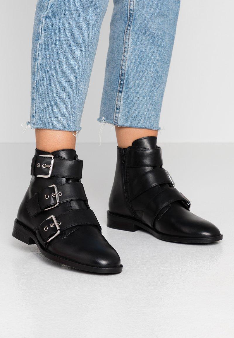 Dorothy Perkins - OLIVIA TRIPLE BUCKLE - Kovbojské/motorkářské boty - black
