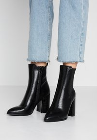 Dorothy Perkins - ARGYLL HEELED POINT BOOT - Ankelboots med høye hæler - black - 0