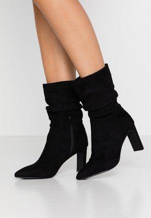KANZI RUCHED SHARP HEEL BOOT - Kotníkové boty - black