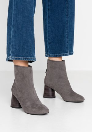 ANTHEA SOFT ROUND TOE BOOT - Botines - grey