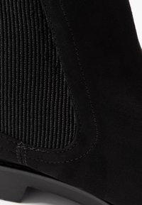 Dorothy Perkins - MOUNTY CHUNKY CHELSEA CLEATED SOLE - Kotníková obuv - black - 2