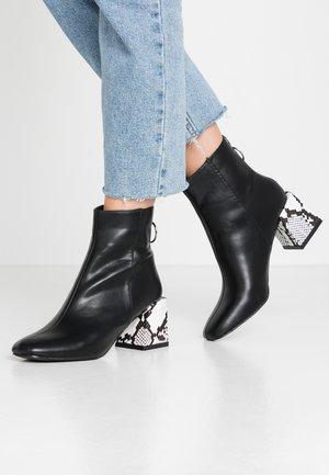 LOLA SKYE LONDON MINIMAL BOOT - Botines - black