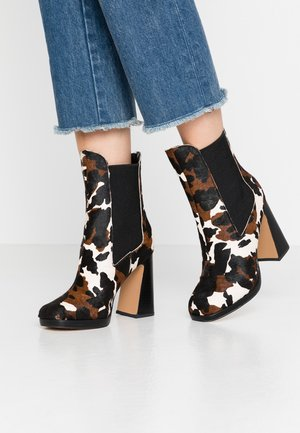 LOLA SKYE LOOPER ASYMETRIC SQUARE TOE BOOT - High heeled ankle boots - brown