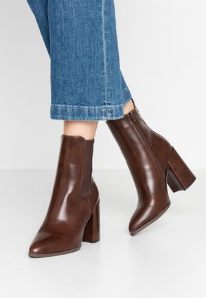 ARGYLE CHELSEA HEELED BOOT - High heeled ankle boots - choc