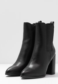 Dorothy Perkins - ARGYLE CHELSEA HEELED BOOT - Ankelboots med høye hæler - black - 4