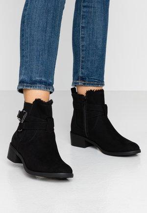MARSHA BORG LINED BUCKLE CHELSEA - Kotníkové boty - black