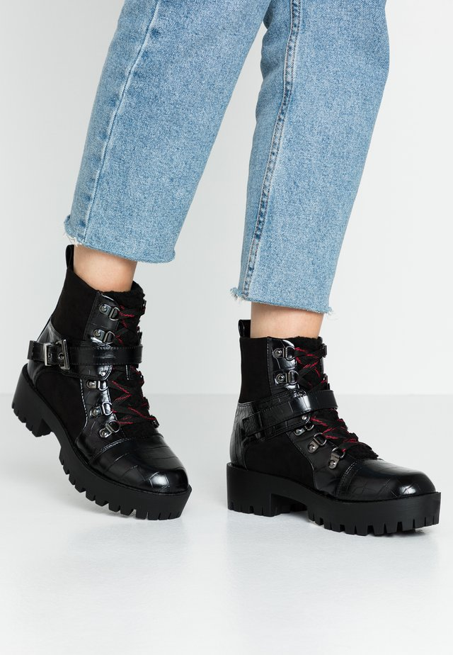 LOLA SKYE LEXI HIKING BOOT - Botines con plataforma - black