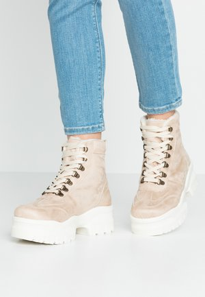 LOLA SKYE LOCKIE CHUNKY HIKER TRAINER - Platform-nilkkurit - light sand