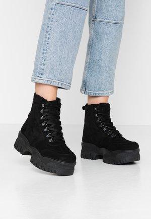 LOLA SKYE LOCKIE CHUNKY HIKER TRAINER - Platform ankle boots - black