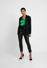 Dorothy Perkins - COATED BELTED TROUSER - Trousers - black - 2