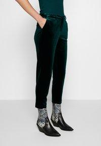 Dorothy Perkins - ANKLE GRAZER - Kalhoty - green - 0