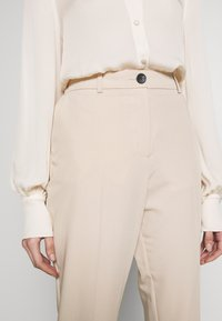 Dorothy Perkins - ELASTIC BACK BUTTONED ANKLE GRAZER TROUSER - Spodnie materiałowe - beige - 4