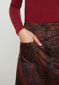 Dorothy Perkins - SNAKE SKIRT - A-linjekjol - black/brown - 4