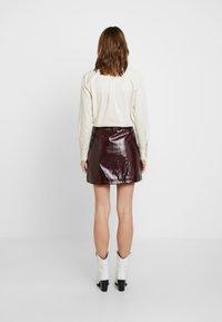 Dorothy Perkins - LOLA SKYE VINYL ZIP FRONT - A-line skirt - oxblood - 2