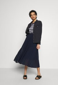 Dorothy Perkins - PLEAT MIDI SKIRT - A-Linien-Rock - navy - 1