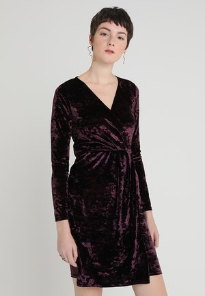CRUSHED WRAP - Vestito elegante - berry