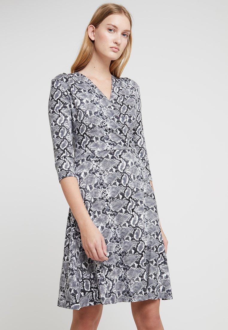 Dorothy Perkins - 3/4 SLEEVE SNAKE WRAP DRESS - Jerseykleid - grey