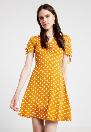 RUCHED SPOT FIT AND FLARE - Jerseyjurk - ochre