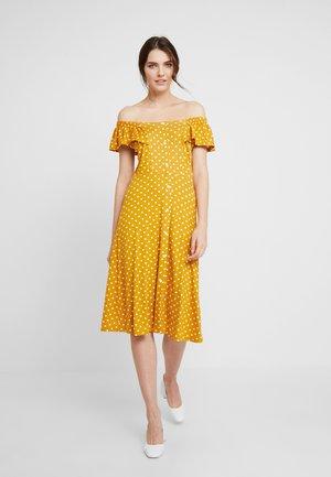 SPOT BARDOT DRESS - Trikoomekko - ochre