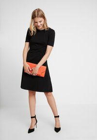 Dorothy Perkins - TUCK SLEEVE FIT AND FLARE - Jerseykjoler - black - 2