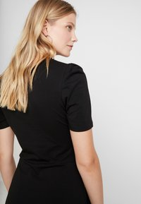 Dorothy Perkins - TUCK SLEEVE FIT AND FLARE - Jerseykjoler - black - 5